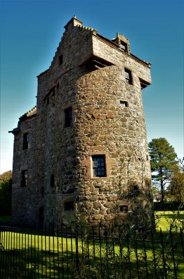 Claypotts Castle in Dundee Scotland Verticle dreamstime_l_137771649.jpg